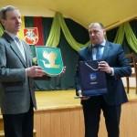 Herbas įteiktas Antazavės seniūnui A. Lekaveckui. V. Visockienės foto