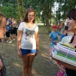 V. Mazūrienė su vaikais džiaugiasi dovana - knygomis V.Visockienės foto