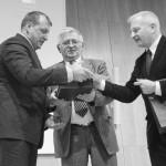 N. Gusevui įteikiamas apdovanojimas - centre K. Levickis, dešinėje V. Grušauskas